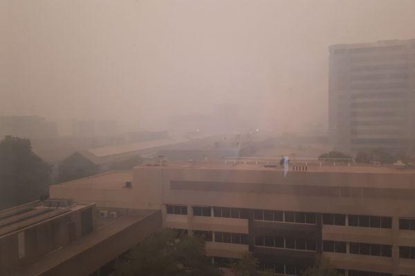 La capitale Canberra sous un épais nuage de fumée, le 5 janvier dernier