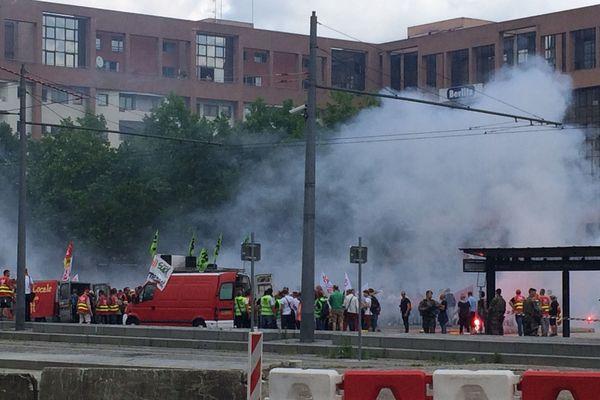 Un nuage hebdomadaire  de fumigènes à l'entrée de la gare Part dieu à Lyon