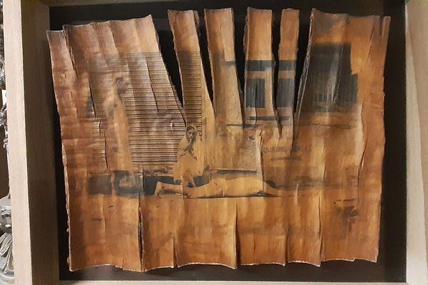 Un tirage photographique sur une écorce alors que cette dernière a évolué et craquelé avec le temps