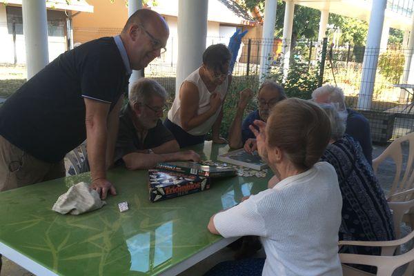 Jeu de mémoire à l'accueil de jour de France Alzheimer au Centre hospitalier de Blois le mercredi après-midi.