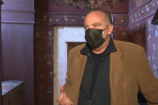 Yves Lecoq dans le petit cabinet de son château de Chalais (Charente).