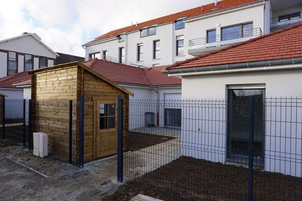 La sécurité avec un interphone, une grille et deux portes à franchir pour pouvoir accéder aux logements.