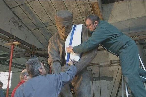 Lepuix-Gy : beaucoup de précautions pour déplacer la statue d'Armand Bloch avant sa restauration à Vesoul