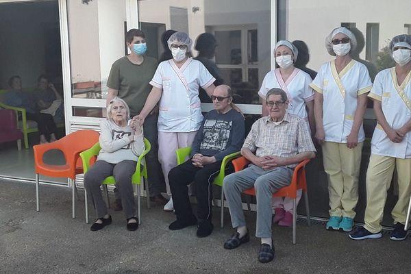 Depuis le 31 mars, les dix membres du personnel en contact avec les 72 résidents sont confinés 24h/24 dans l'Ehpad.