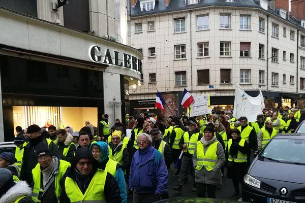 """250 à 300 """"gilets jaunes"""" ont défilé à Orléans ce samedi 19 janvier 2019."""