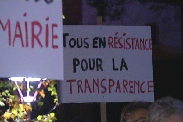 Un peu plus de 60 Roquebrunois sont venus exprimer leur colère contre leur maire.