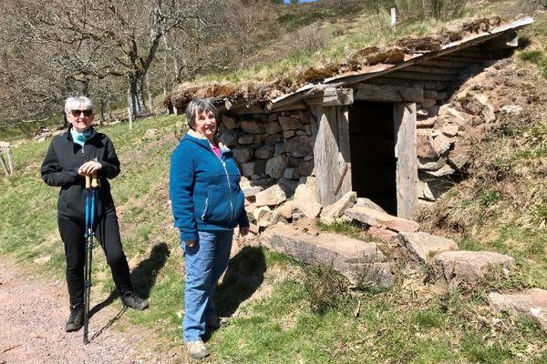 Nicole et son amie Claudine devant la cabane du berger, vestige de l'histoire du village de Belmont, très liée à l'agriculture et l'élevage, le coin préféré de Nicole, éleveuse à la retraite.