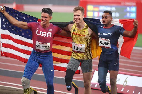 Dimitri Pavadé (à droite), médaillé d'argent, aux côtés de l'Allemand Markus Rehm (champion olympique) et de Trenten Merrill (USA), médaille de bronze. Le Français est devenu vice-champion olympique lors du concours de saut en longueur T64 aux J.O Paralympiques de Tokyo, ce mercredi 1er septembre 2021.