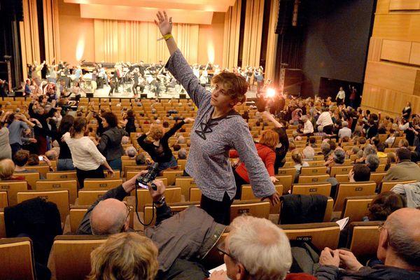 Le temps de trois concerts, la compagnie Mad a formé quelques danseurs amateurs pour faire bouger le public sur un morceau de Steve Reich.