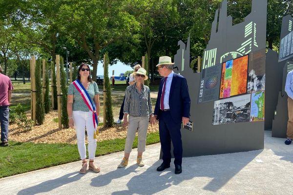 Cécile Nougaro, la fille du chanteur français, Isabelle Haybrard Danieli, maire d'Avignonet-Lauragais et Pierre Coppey, président de Vinci Autoroutes ont inauguré un parcours dédié à l'artiste qu'était Claude Nougaro.