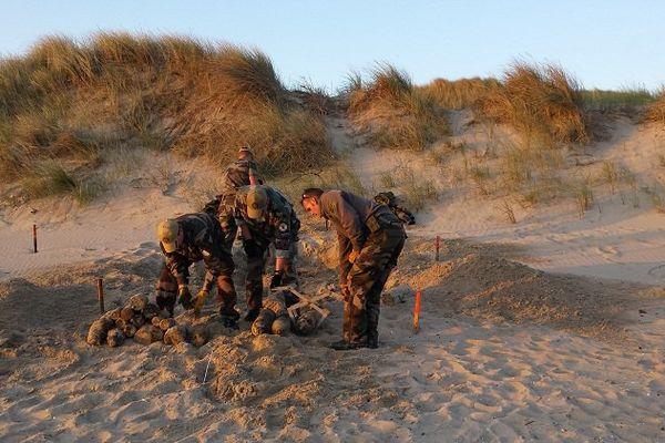 5h00 plage à Calais. Les démineurs interviennent sur les obus avant de s'occuper des bombes.