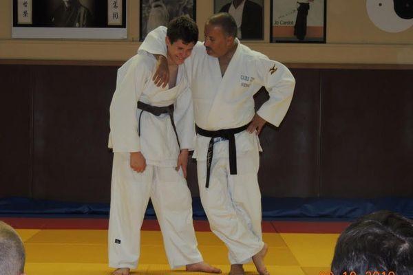 Rachid Markache (à droite) avec l'un de ses élèves sur le tatami du club de Sully-sur-Loire