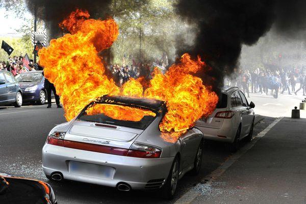 Cette Porsche a été incendiée jeudi 28 avril en marge de la manifestation contre la loi Travail à Nantes (Loire-Atlantique).