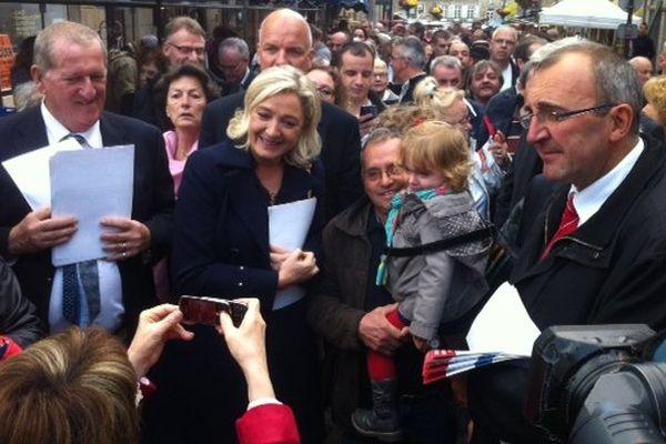 Marine Le Pen à Fougères le 26 octobre 2013, avec Gille Pennelle à sa gauche