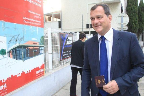Louis Aliot sur le chemin du bureau de vote à Perpignan