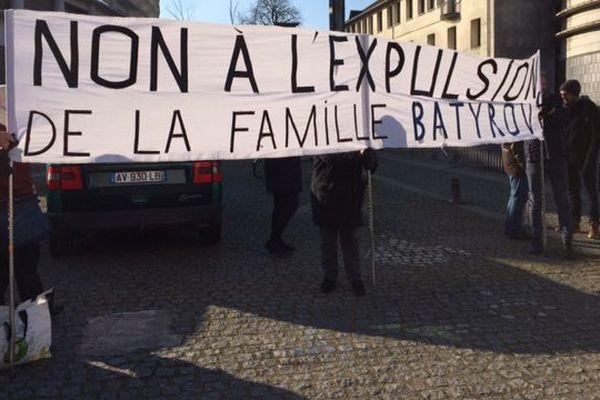 Soutien à la famille Batyrov devant la mairie de Rezé, le 27 février 2018