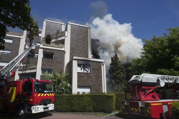 Quatre pompiers ont été blessés dans l'incendie d'appartements, à Fontenay-sous-Bois.
