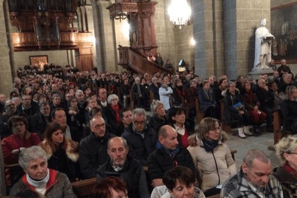600 personnes étaient présentes dans la cathédrale du Puy-en-Velay pour rendre hommage à Johnny Hallyday
