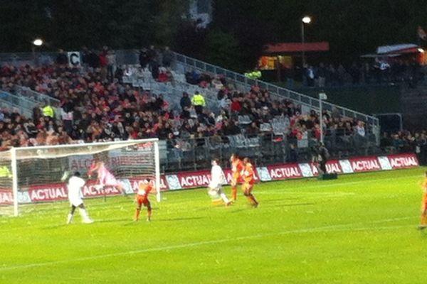 Châteauroux réduit le score (2-1) sur une erreur du défenseur lavallois Gaetan Belaud