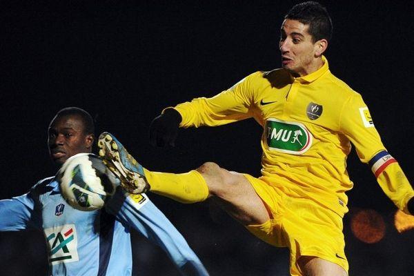 Mende - l'AFL éliminé 3 à 0 par l'équipe de Ligue 2 du Havre - Fadil Gourmat (en jaune) face au Normand Zargo Toure- 22 janvier 2013.