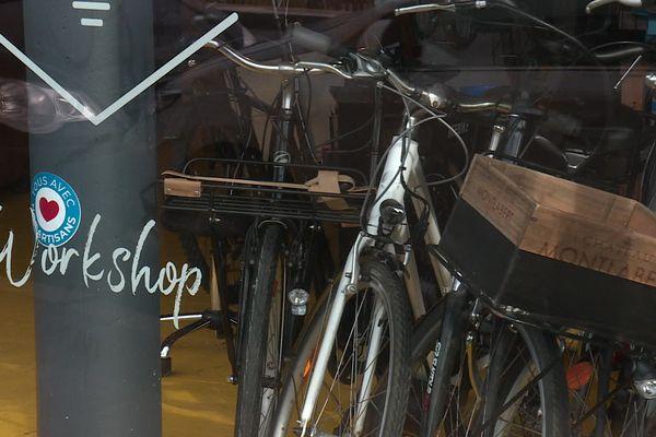 Des vieux d=vélos attendent de passer à l'électrique chez Bee Bike