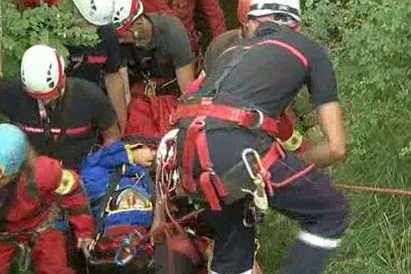 Hures-la-Parade (Lozère) - le spéléologue gallois est sauvé après 5 heures de remontée du gouffre - 28 juillet 2014.
