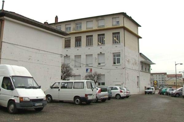 Saint-Fons : une ancienne école de la commune accueille depuis le 22 novembre une vingtaine d'enfants roms. Un bâtiment qui héberge aussi la police...