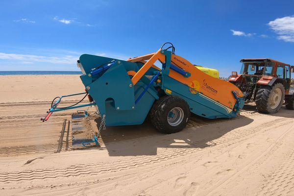 """""""Dromedar"""" est un procédé de désinfection des plages par pulvérisation d'eau ozonée. Mise au point par une entreprise catalane, la machine vient se greffer au système de tamis existant."""