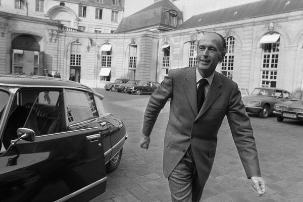 Le candidat à la présidence de la République Valéry Giscard d'Estaing sort de l'Hôtel Matignon où il vient d'annoncer, le 08 avril 1974, qu'il conservait ses fonctions de ministre des Finances pendant la campagne électorale.