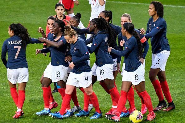 Les Bleues célèbrent leur but inscrit Viviane Asseyi.
