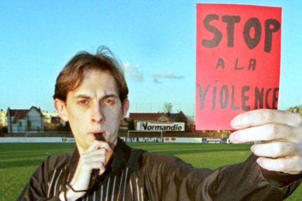 """un arbitre de football de la ligue de Haute-Normandie, Frédéric Charrier donne, le 11 février 2011 sur la pelouse du stade de football Diochon de Rouen, un carton rouge à """"la violence dans les stades"""""""