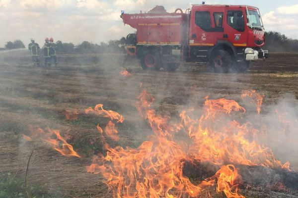 Incendie dans un champ à Bacquepuis (Eure) le 18 juillet 2017
