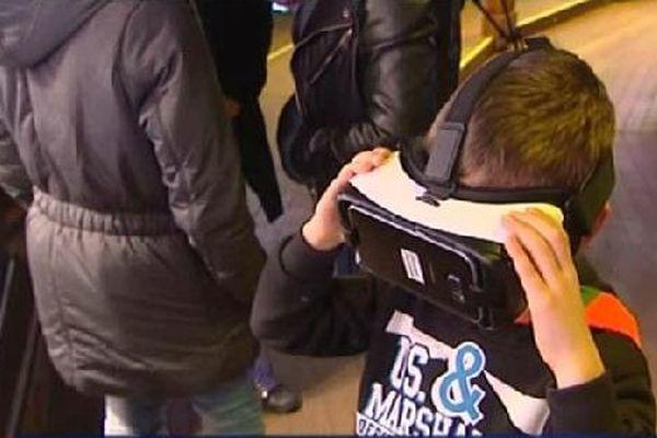 Un jeune participant, visiblement très à l'aise avec cette nouvelle technologie.