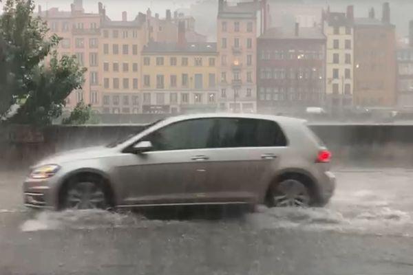 A Lyon dans le Rhône, un orage très intense a inondé la ville.