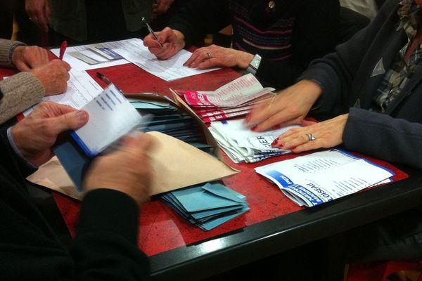 Dépouillement au second tour des élections régionales au bureau de vote de la Châtre dans l'Indre.