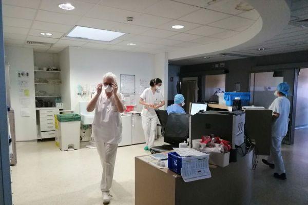 Les soignants du centre de cancérologie Jean-Perrin de Clermont-Ferrand redoutent une hausse de la mortalié due aux cancers en raison de l'épidémie de COVID 19.