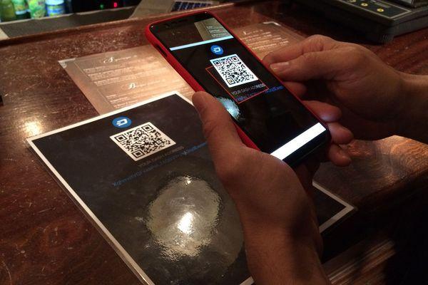 Dans ce bar clermontois, on peut payer en crypto-monnaies avec son téléphone mobile.