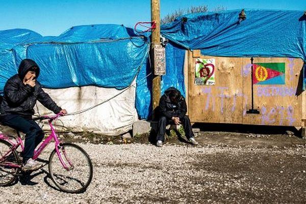 """Jeunes migrants dans la """"jungle"""" de Calais (mars 2016)"""