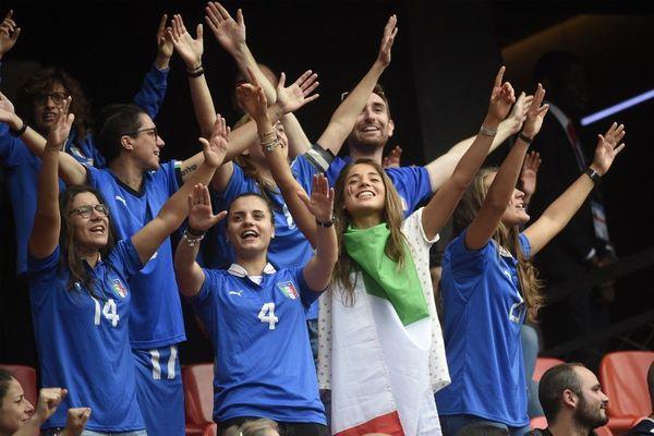 Ambiance italienne dans les tribunes du Stade du Hainaut.