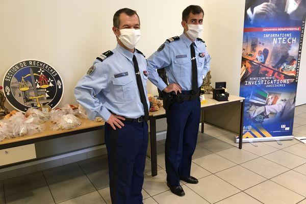 Le colonel Perez et le Lieutenant-Colonel Bolze de la section de recherche de Nantes et de la compagnie de Rezé devant une partie du butin.