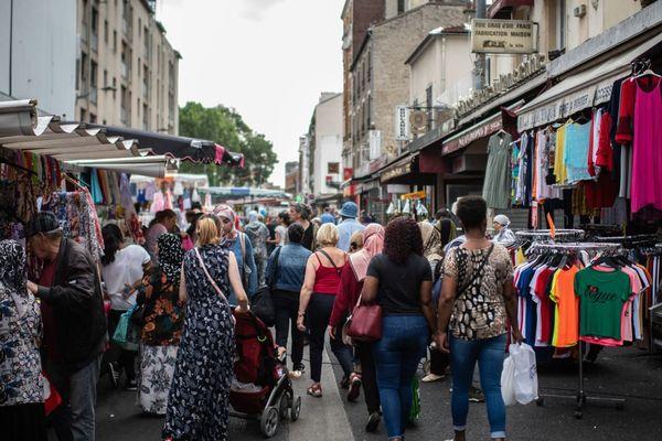Des habitants d'Aubervilliers, un jour de marché (illustration).
