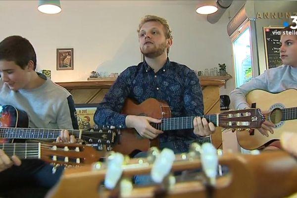 Avec l'association Pratica Lingua, des cours de guitare sont dispensés en langue corse