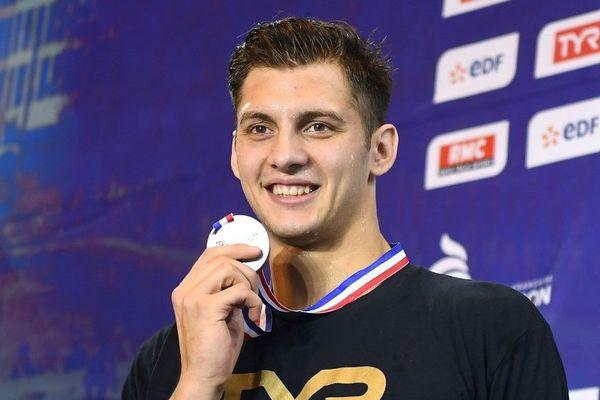 Jordan Pothain pause avec sa médaille à l'issue des 200 mètres nage libre à Rennes.