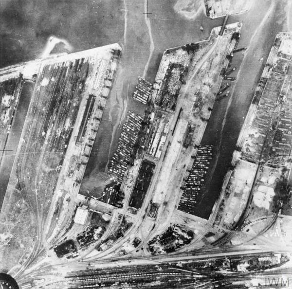 Les barges de débarquement photographiées en 1940 par l'aviation britannique dans le port de Dunkerque.