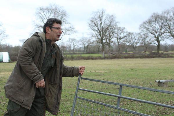 Jean-Luc Braud referme le pré sur ses moutons, dans sa ferme de Lignac.