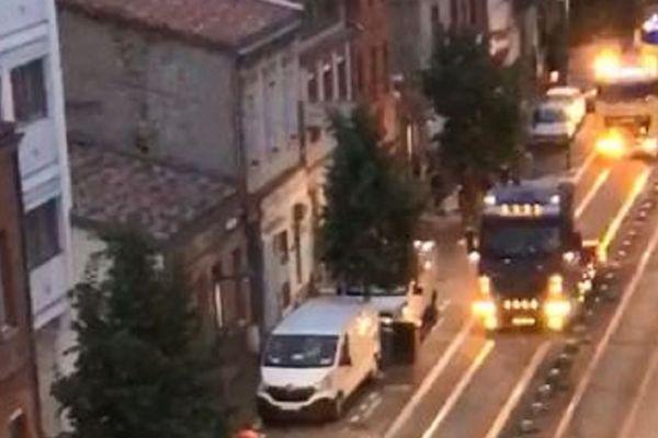 Les routiers ont défilé dans les rues du centre ville de Toulouse sirène hurlante pour rendre hommage aux personnels soignants.