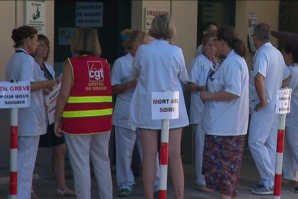 A Grasse, les grévistes réclament un renforcement du service : 1 infirmière en plus le jour, 2 brancardiers pour faire face aux heures de pointe.