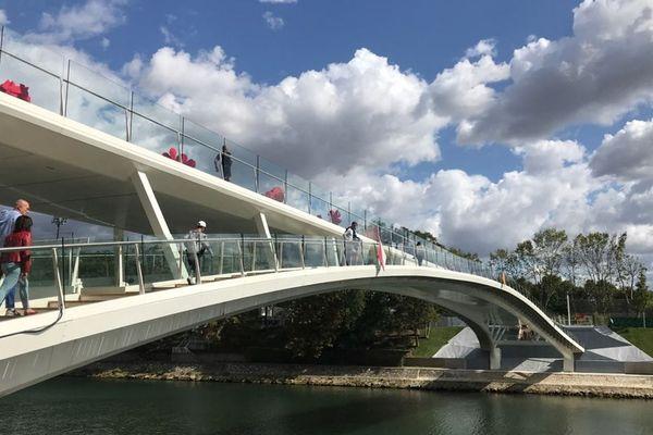 Constituée de 510 tonnes d'acier, longue de 145 mètres et construite en 450 jours de travaux d'après la mairie, la passerelle François-Coty relie l'île de Puteaux à la ville.