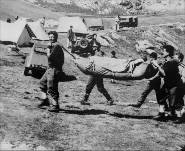 Michel Siffre sortant de sa première expérience de survie souterraine dans le gouffre de Scarasson. Il est porté et enveloppé dans des couvertures jusqu'à l'hélicoptère qui l'amènera à Nice.