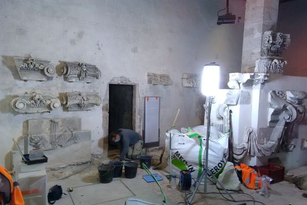 """Le diagnostic archéologique a débuté ce lundi 16 novembre dans la salle """"des maçons"""", au rez-de-chaussée"""